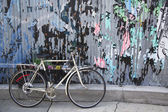 Old bicycle parked and locked in Brooklyn, New York — Stockfoto