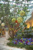 Floral sculptures in the atrium of Wynn Hotel and Casino — Stock Photo