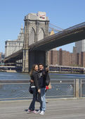 Young couple taking selfie in the front of Brooklyn Bridge — Stock Photo