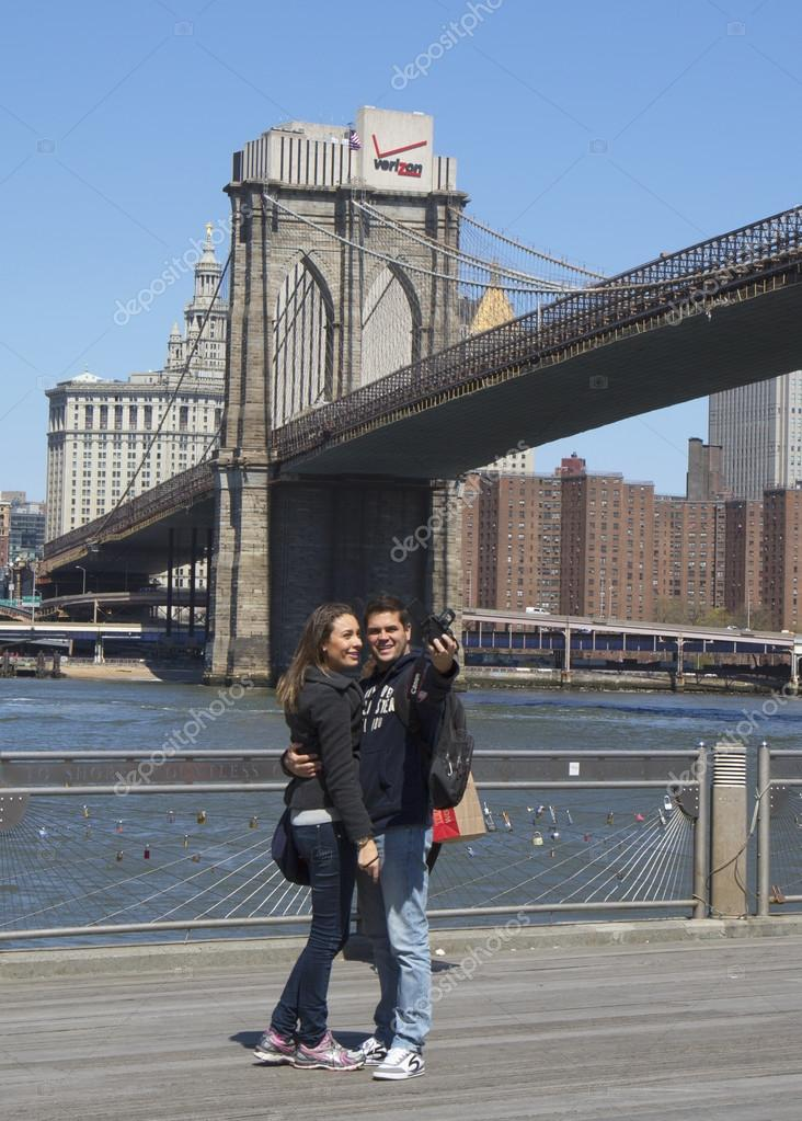 Giovane coppia prendendo selfie nella parte anteriore del for Disegni di ponte anteriore
