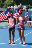 US Open 2013 girls junior champion Ana Konjuh from Croatia  right  and runner up Tornado Alicia Black from USA during trophy presentation — Zdjęcie stockowe