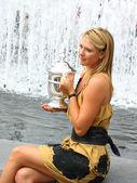 US Open 2006 champion Maria Sharapova holds US Open trophy — ストック写真