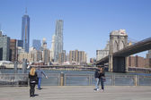 Tourists taking pictures in the front of Brooklyn Bridge — Stock Photo