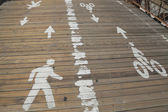 Bicycle and pedestrian path on the wooden pedestrian walkway on the center of the Brooklyn Bridge — Foto de Stock