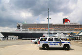 Port Authority Police New York New Jersey K-9 unit providing security for Queen Mary 2 cruise ship — Stock Photo