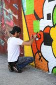 Gatukonstnär målning väggmålning på williamsburg i brooklyn — Stockfoto