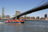 City Sightseeing boat under Brooklyn Bridge — Stock Photo