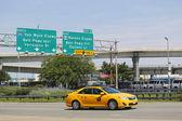 New York Taxi at Van Wyck Expressway entering JFK International Airport in New York — Stock Photo