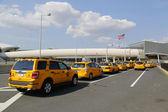 New york taxi linea accanto al terminal 5 di jetblue al john f aeroporto internazionale del kennedy in new york — Foto Stock