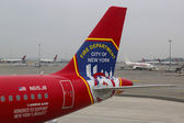 JetBlue Airbus A320 tailfin Honoring the brave men and women Fire Department City of NY at the gate at the Terminal 5 at John F Kennedy International Airport in New York — Stock Photo