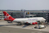 Virgin Atlantic Boeing 747 at the gate at the Terminal 4 in JFK Airport in NY — Stock Photo