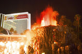 The Mirage Hotel artificial Volcano Eruption show in Las Vegas — Stock Photo