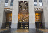 Wisdom, an art deco frieze by Lee Lawrie over the entrance of GE Building at Rockefeller plaza — Stock Photo