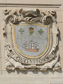 Mosaic shield of renowned port city Queenstown at the facade of United States Lines-Panama Pacific Lines Building — Stock Photo