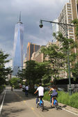Unidentified bicycle riders near Freedom Tower in NY — Stockfoto