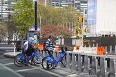 Unidentified bike rider renting Citi bike in Manhattan — 图库照片