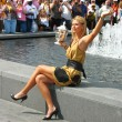 Постер, плакат: US Open 2006 champion Maria Sharapova holds US Open trophy in the front of the crowd