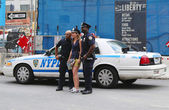 NYPD Police Officers taking picture with tourist near World Trade Center in Manhattan — Stock Photo