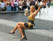 US Open 2006 champion Maria Sharapova holds US Open trophy in the front of the crowd — Stock Photo