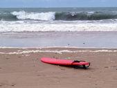 Tavola da surf al oceano atlantico — Foto Stock