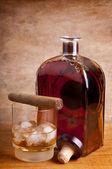 Sigara ve viski — Stok fotoğraf
