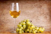 White wine and grapes — Stock Photo