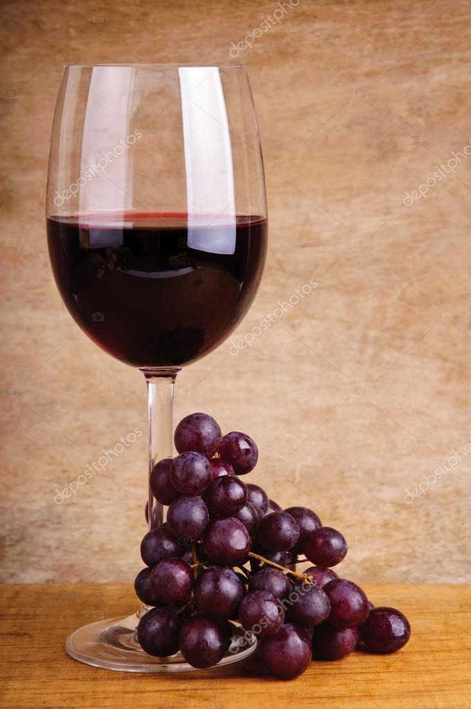 Красное вино и виноград - Стоковое фото draghicich #21258123