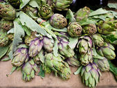 Artichokes at market stand — Stock Photo