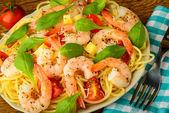 Shrimps and spaghetti pasta — 图库照片