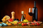 Traditional spanish tapas and red wine — Stock Photo