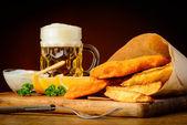 рыба и чипсы с пивом — Стоковое фото