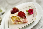 A sweet piece of strawberry cake that laying on a white plate — Stock Photo