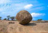 Bola de equilíbrio em mahabalipuram, um património mundial da unesco — Fotografia Stock