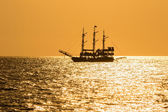 Silhouette of the ancient ship at sunset — Stock Photo
