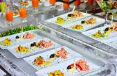 W formie tabeli z danie podawane na pierwszym planie — Zdjęcie stockowe