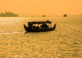 Sunset silhouette scene of a boat from the backwaters of Kerala, — Stock fotografie
