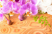 Spa setting with lilac orchid flowers, phalaenopsis  and white t — Stock Photo