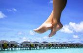 女性的双腿和绿松石海 — 图库照片