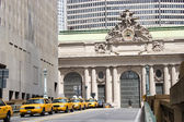Yellow taxis by Grand Central, New York — Stock Photo