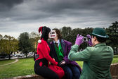Joker and Harley Quinn are kissing — Stock Photo