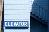 Pokyny k výtahu na modrém pozadí — Stock fotografie