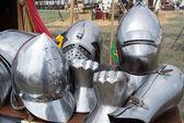 ヘルメットと中世の鎧のピース — ストック写真