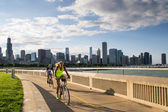Cyclists in Chicago during sunset — Stock Photo
