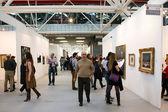 Menschen in eine Kunstmesse — Stockfoto