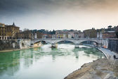 Bridge over the river's tevere — Stock Photo