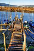 Traditionele houten pier stelten in lima rivier — Stockfoto