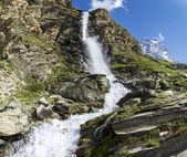 Cascata e monte cervino, valtournenche — Foto Stock