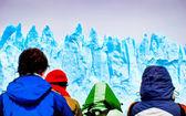 Toeristen kijken gigantische ijsbergen van een schip — Stockfoto