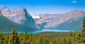 Beautiful landscape with Rocky Mountains and mountain lake in Alberta, Canada — Stok fotoğraf