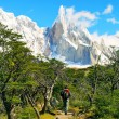 Hiker trekking in beautiful landscape with Mt Fitz Roy in Los Glaciares National Park, Patagonia, Argentina, South America — Stock Photo